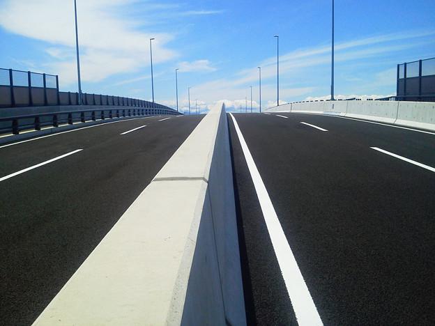 今日は近隣でオーバーパス(線路を高架で通行する道路)の出来型測量。出来立ての道路は綺麗で気持ちいい\(^o^)/ 住民さんに早く開通しないかと聴取されました(^^;
