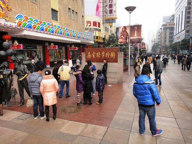 師走の上海南京東路歩行街の像前の記念撮影