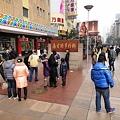 Photos: 師走の上海南京東路歩行街の像前の記念撮影
