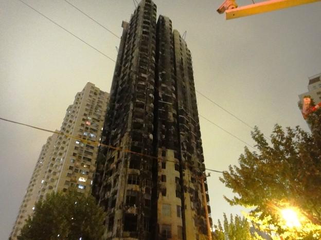 上海火事になったビルの焼け跡