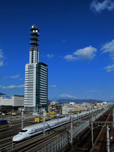 新幹線と富士山 2012年1月29日 東静岡駅よりの眺望
