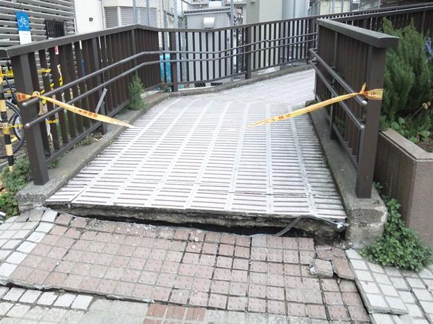 地震による陥没 検見川浜駅前