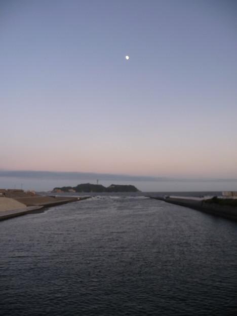 引地川河口から見た江ノ島と月