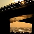 写真: 冬の日本海 親子の夕陽