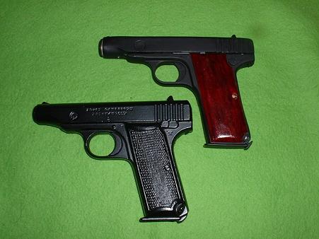 アカデミー製「M1900」ベース改造品(上) と中田 文鎮()下「1式(浜田式)拳銃」Doburoku-TAO width=