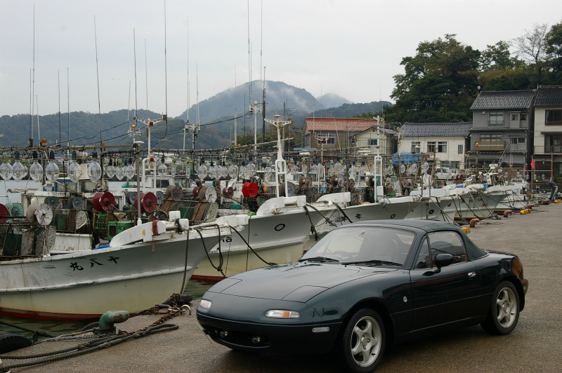津居山の漁船とEUNOS Roadster VR-Limited CombinationB