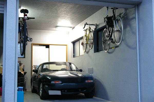 自転車を壁にかけてロードスターの出し入れも楽になる