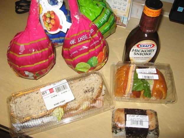 写真: 晩ご飯とお土産を地元のSuperでゲット